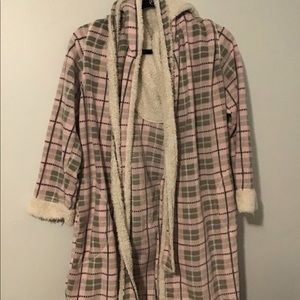 Lounge robe, comes with tie around waist!